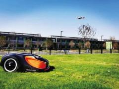 """南京江北新区研发首个""""零碳放""""草坪机器人  自动除草效率提高50%以上"""